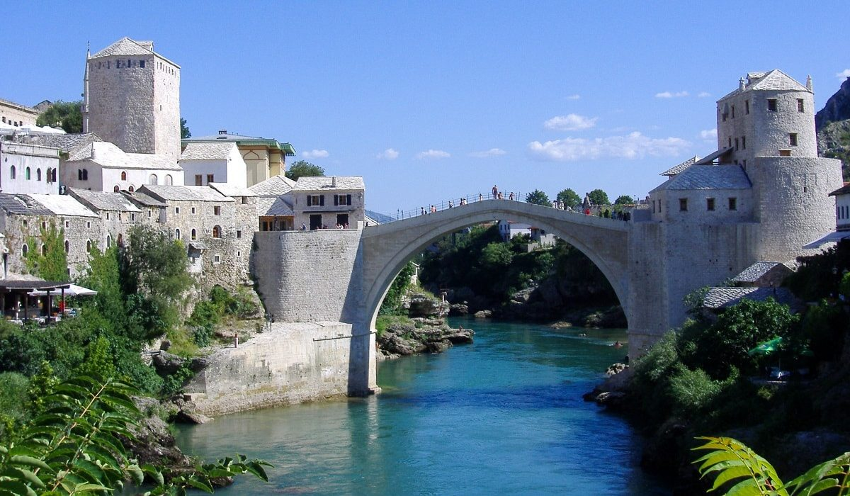 Mostar: Tourists at the Old Frontline