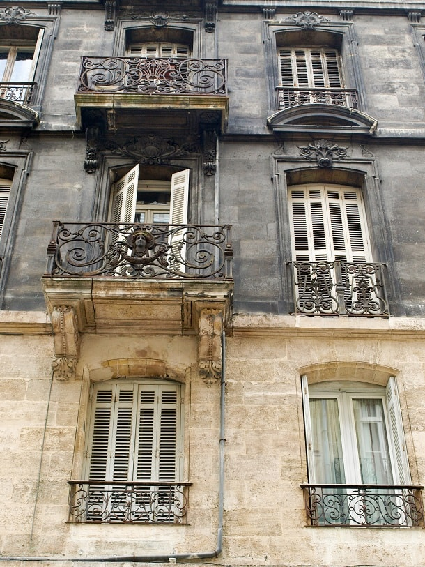 Clean and dirty limestone house in Bordeaux
