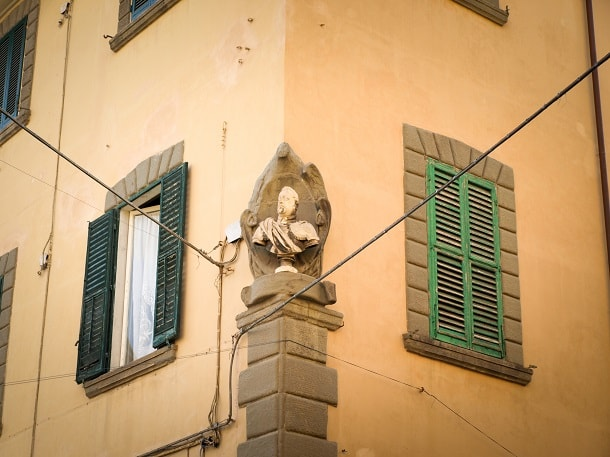 Bust on the corner of house in Pisa
