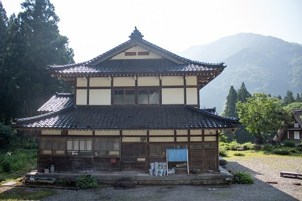 The first house on the road to Ainokura