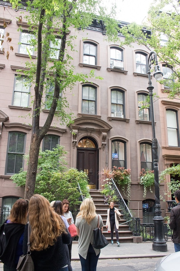 Women flocking to Carrie Bradshaw's apartment building